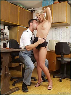 Next-door slut is bringing handyman a glass of cola hoping to put her mouth around his cock