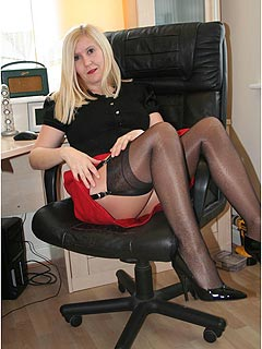 Mature lady made her day in the office very special by wearing both: tan pantyhose and black skockings