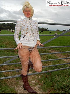 UK lady loves the feeling of being exposed when strolling outdoors without the skirt