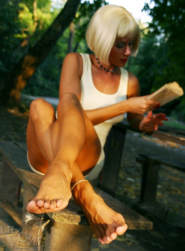 Upskirt panty gallery woman with bare feet