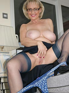 Feeling sex toy dee pin her pussy and a man watching her are the two things making this slutty granny happy
