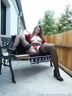 Backyard seems to be a nice place for an amateur legs spreading session